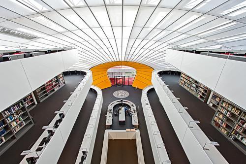 Innenansicht einer modernen Bibliothek.