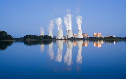 Architekturfoto eines Kohlekraftwerks.