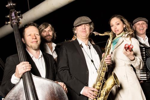 Musiker auf einem Gruppenfoto einer Band