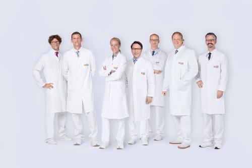 Dieses Medizinfoto zeigt ein Gruppenfoto mit Ärzten.