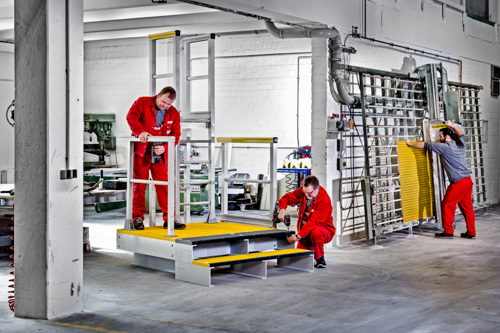 In einem Hamburger Industrieunternehmen montieren Mitarbeiter eine Anlage aus GFK