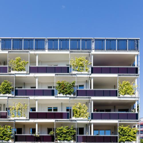 Modernes Wohngebäude mit begrünten Balkonen in Hamburg Wilhelmsburg.