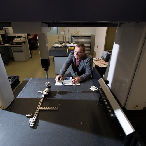 Mitarbeiter führt an einem Messgerät die Qualitätskontrolle durch.