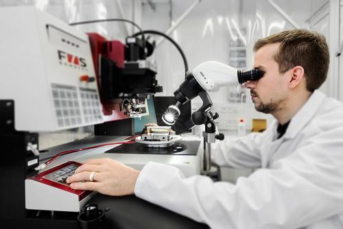 Wissenschaftler bei einer Untersuchung in einem Labor, Entwicklung hochempfindlicher Messgeräte.