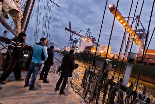 Hafenrundfahrt durch den Hamburger Hafen. Abendprogramm eines Events.