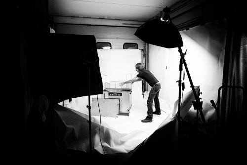 Bernhard Classen fotografiert für einen Katalog im mobilen Fotostudio.