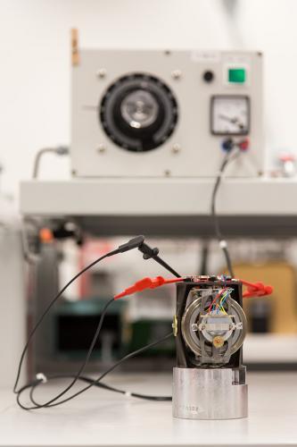 Elektronisches Messgerät in einem Unternehmen, das für die Schifffahrt produziert.