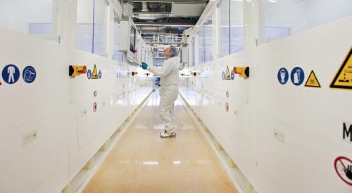Dieses Industriefoto zeigt die Produktion von Solaranlagen.