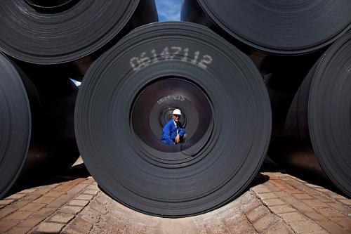 Produktion von Stahl in Salzgitter: fertige Coils bereit zum Abtransport.