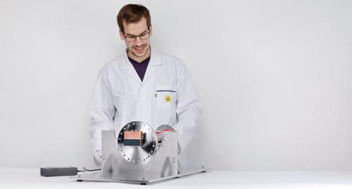 Wissenschaftler bei der Entwicklung eines hochempfindlichen Messgeräts.