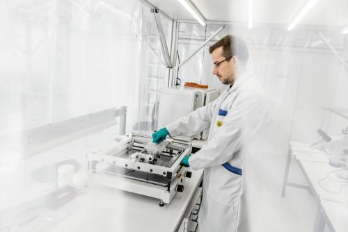Wissenschaftler in einem Reinraum, Entwicklung hochempfindlicher Messgeräte.