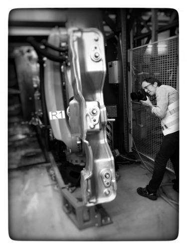 Industriefotograf Bernhard Classen fotografiert in der Automobilindustrie einen Roboter.