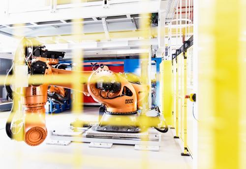 KUKA Roboter in einer Fabrik in der Automobilindustrie