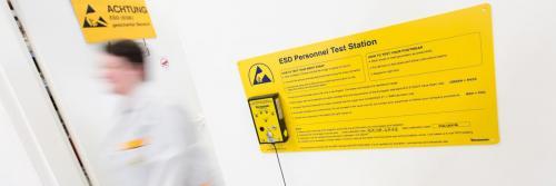 Hinweisschild für eine ESD Test Station.