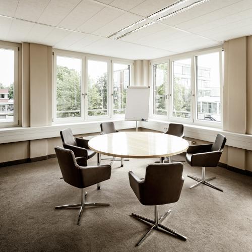 Innenansicht eines Besprechungszimmers in einem Hamburger Bürogebäude.