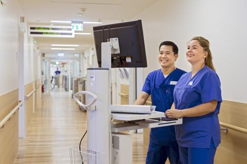 Krankenpfleger-bei-der-Arbeit