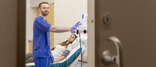 Krankenpfleger-einer-Klinik