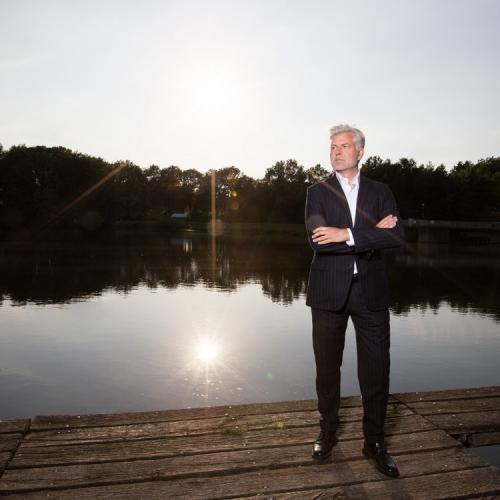 Porträtfoto eines Geschäftsführers am See im Sonnenuntergang