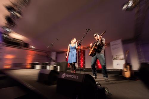 Musiker spielen auf einer Bühne während einer Veranstaltung.