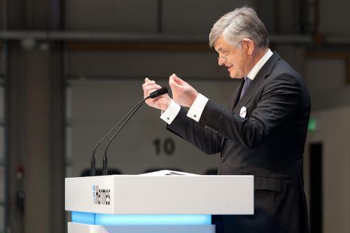 Redner am Podium während der Eröffnung eines neuen Versandlagers.
