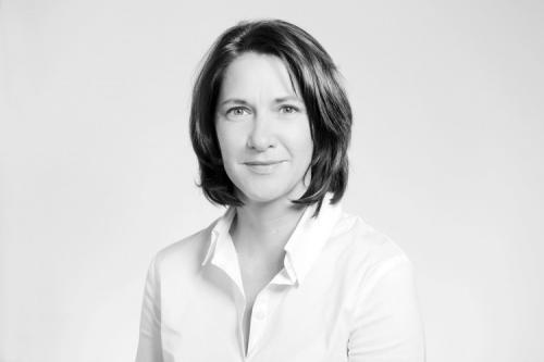 Schwarzweiß Porträtfoto einer Frau im Fotostudio