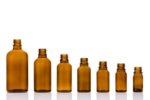 Produktfoto für einen online-Shop: unterschiedlich grosse, braune Glasflaschen