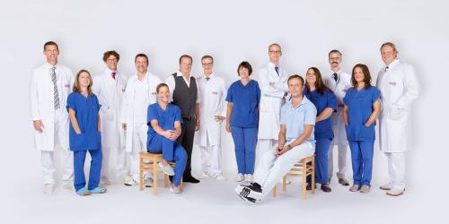 Dieses Gruppenfoto zeigt Mitarbeiter einer Klinik.