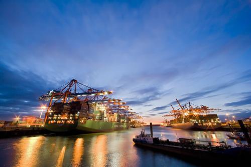 Containerschiffe im Hamburger Hafen im Sonnenuntergang.