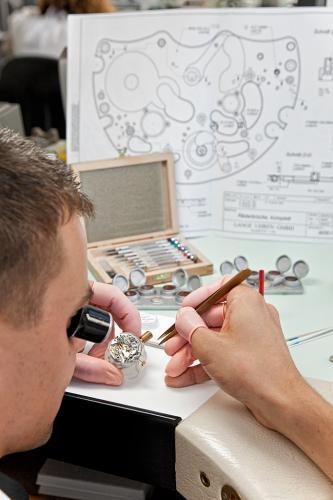 Fotoreportage dokumentiert die Produktion von Uhren in einer Uhrenmanufaktur