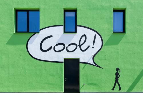 Modernes, grünes Wohnhaus mit einem Graffiti in Hamburg Wilhelmsburg.